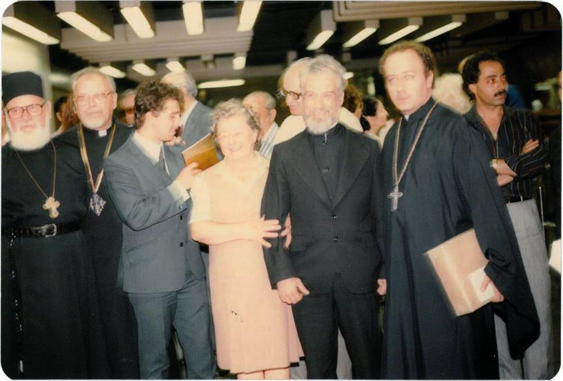 Parintele-Gheorghe-Calciu-la-sosirea-in-NY-SUA-9-august-1985-cu-Pr-Roman-Braga-familia-si-alti-preoti