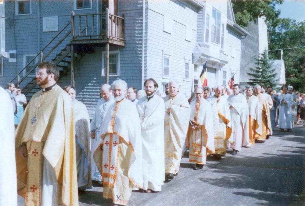 Pr. Gheorghe Calciu slujind liturghia în sobor