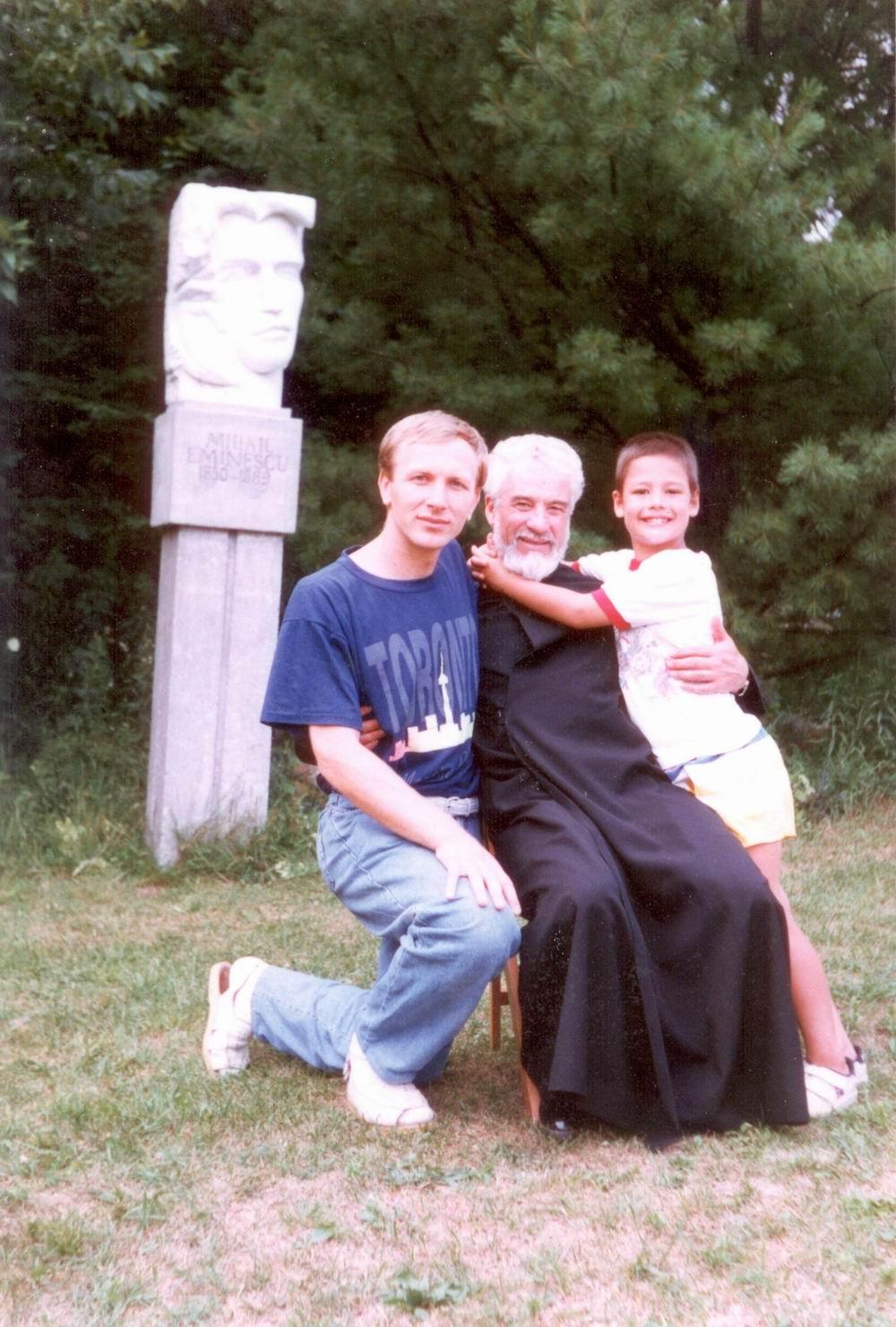 Pr. Gheorghe Calciu slujind în America