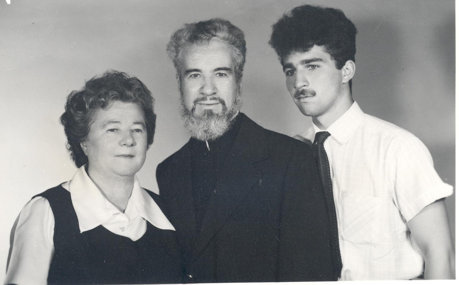 Pr. Gheorghe Calciu cu soția și copilul