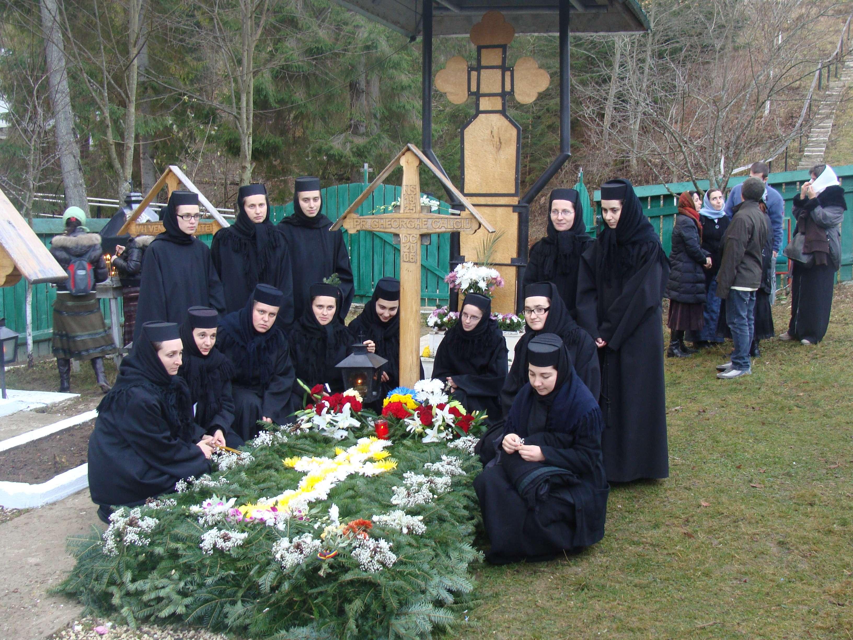 Maici la mormântului Părintelui Gheorghe Calciu din cimitirul Mănăstirii Petru Vodă